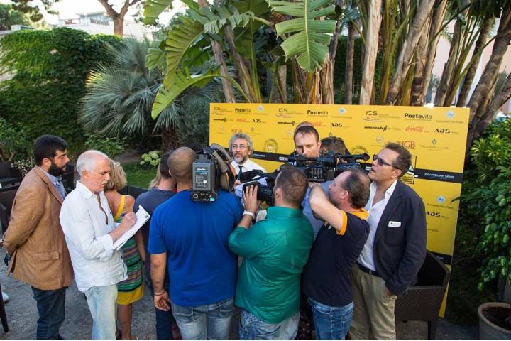 Can Dündar accerchiato dai giornalisti