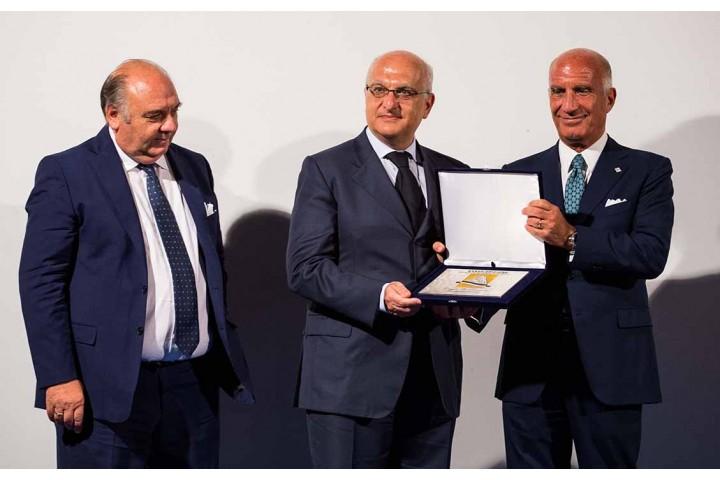 Danilo Di Tommaso vincitore Comunicatore dell'anno viene premiato dal Presidente dell'ACI Sticchi Damiani e Roberto Monti